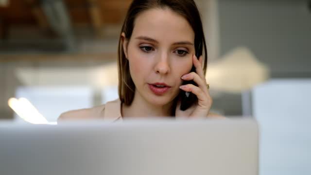 affärskvinna med hjälp av teknik i office - office workers talking bildbanksvideor och videomaterial från bakom kulisserna