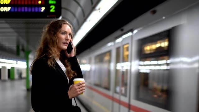 stockvideo's en b-roll-footage met zakenvrouw die op een trein wacht - zakenreis