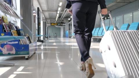 vidéos et rushes de femme d'affaires à pied avec valise à l'aéroport, voyages d'affaires - voyage