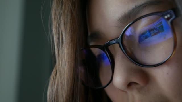 geschäftsfrau sie informationen von computer-bildschirm, reflexion in brille bu, co-ed rs - spiegelung stock-videos und b-roll-filmmaterial