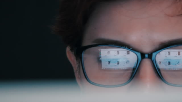 コンピューターの監視については実業家、ドリー ショット - 通販点の映像素材/bロール