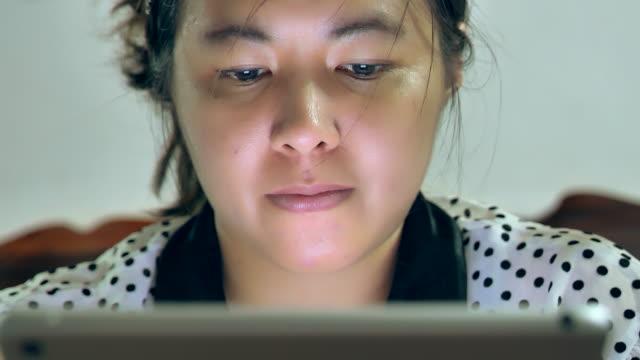 geschäftsfrau beobachtet trend der globalen information - überprüfung stock-videos und b-roll-filmmaterial