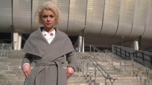 businesswoman wearing a coat - служащая стоковые видео и кадры b-roll