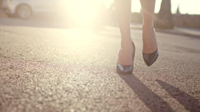 vídeos de stock, filmes e b-roll de empresária de saltos andando na cidade. close-up nas pernas - salto alto