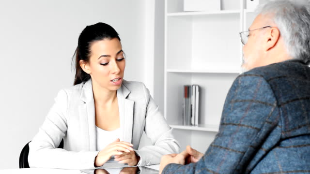 vídeos de stock e filmes b-roll de mulher de negócios com o cliente - senior business woman tablet