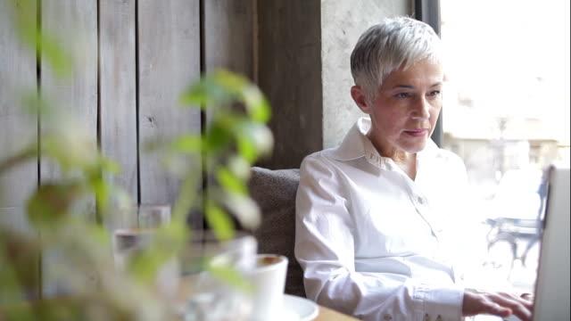 vídeos de stock e filmes b-roll de mulher de negócios com café - senior woman