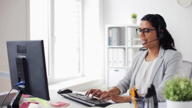 businesswoman with headset and compute rat office - cuffia attrezzatura per l'informazione video stock e b–roll