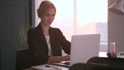 vídeos de stock e filmes b-roll de businesswoman working at office - fato
