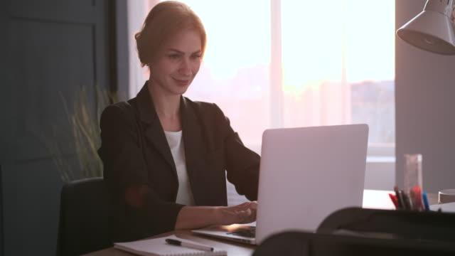 stockvideo's en b-roll-footage met zakenvrouw werkzaam bij office - men blazer