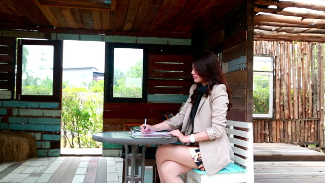 Businesswoman working in the outside video