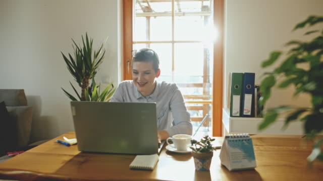 ds businesswoman che lavora su un laptop a casa - grandangolo composizione cinematografica video stock e b–roll