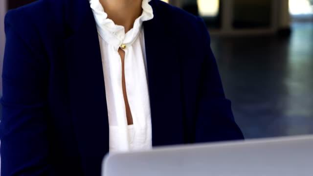 affärskvinna som arbetar på laptop vid skrivbord 4k - blazer bildbanksvideor och videomaterial från bakom kulisserna
