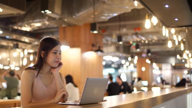 geschäftsfrau working on laptop im café - cafe stock-videos und b-roll-filmmaterial