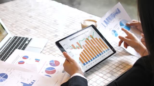 businesswoman working on tablet pc - график стоковые видео и кадры b-roll