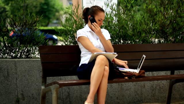 geschäftsfrau, die mit laptop und dokumente in der stadt - weibliche führungskraft stock-videos und b-roll-filmmaterial