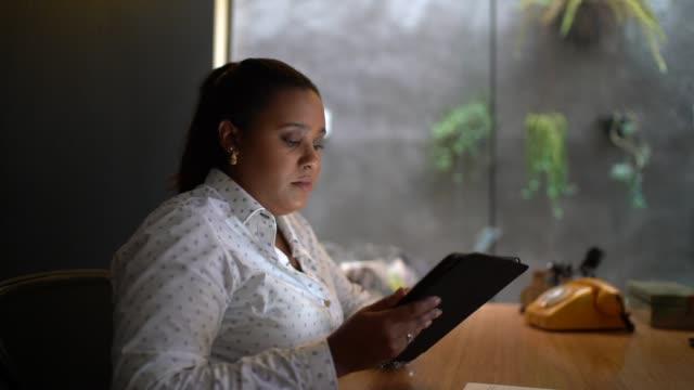 бизнесвумен, работающая с планшетом - бразилец парду стоковые видео и кадры b-roll