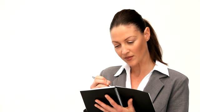 geschäftsfrau schreiben in ihrem programm - weibliche führungskraft stock-videos und b-roll-filmmaterial