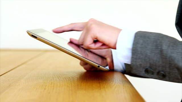 vídeos de stock e filmes b-roll de mulher de negócios de mãos com tablet pc na secretária - senior business woman tablet