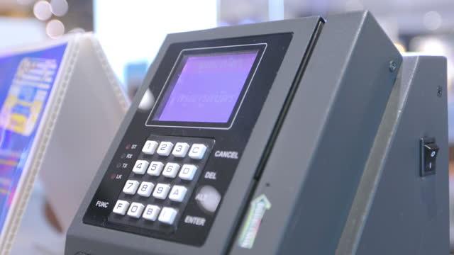 ビジネスウーマンは店のレジでクレジットカードを使っている - クレジット決済点の映像素材/bロール