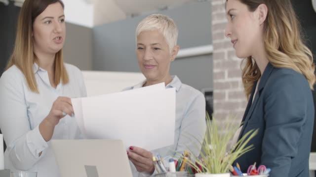 彼らのオフィスで実業家専門チャート。 - レポートのビデオ点の映像素材/bロール