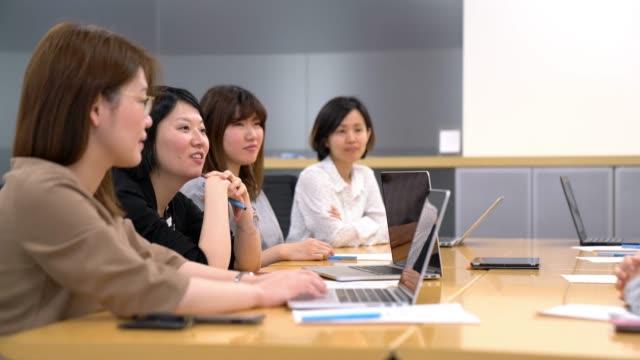 vidéos et rushes de femmes dans une réunion - seulement des japonais
