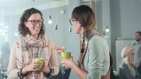 imprenditrici che si prendono una pausa caffè - abbigliamento casual video stock e b–roll