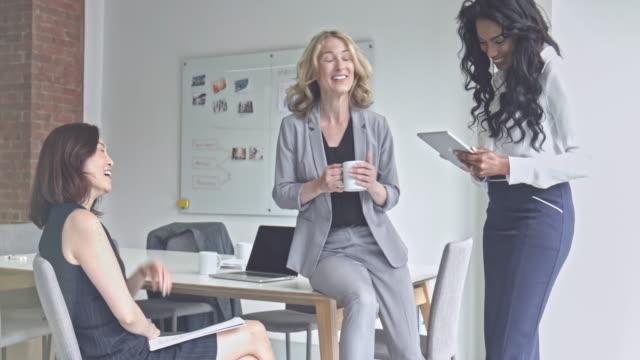 businesswomen talking relaxed in the office - potere femminile video stock e b–roll
