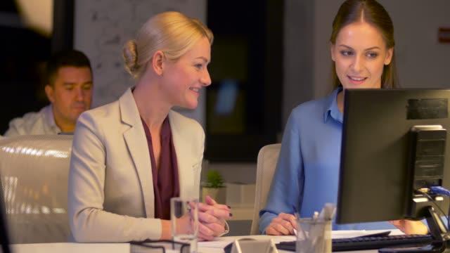 vídeos de stock, filmes e b-roll de mulheres de negócios com computador, trabalhar até tarde no escritório - sul europeu