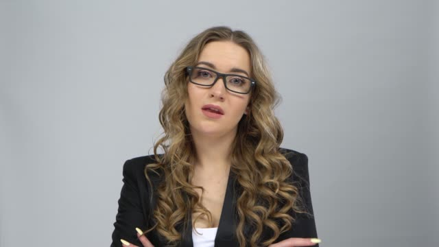bussines kvinna i glasögon står i förväntan på grå bakgrund - blazer bildbanksvideor och videomaterial från bakom kulisserna
