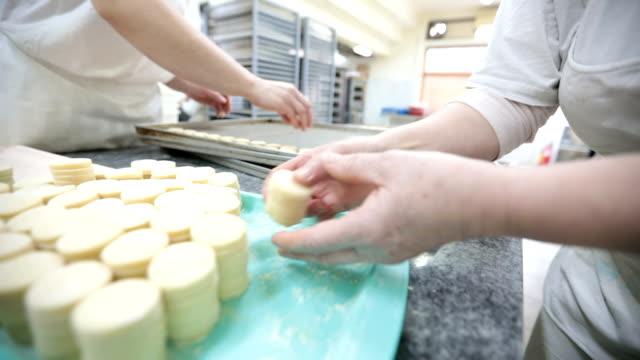 stockvideo's en b-roll-footage met drukke bakkers - bakery