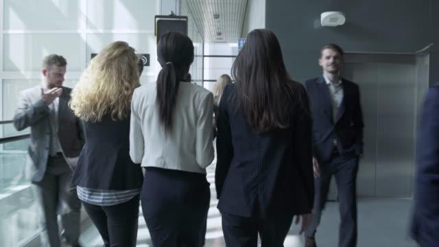 busy business lobby 4k video - podążać za czynność ruchowa filmów i materiałów b-roll