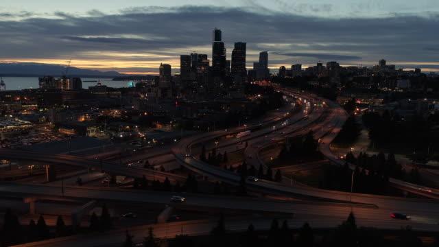 바쁜 도시 공중 hyperlapse 스카이 라인에 의해 운전 하는 자동차의 - seattle 스톡 비디오 및 b-롤 화면