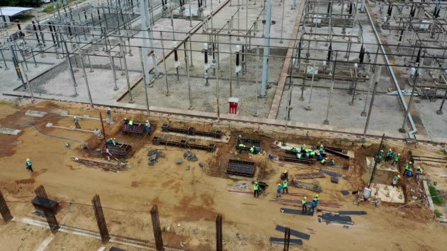 busy construction job site, aerial view, many men, worker working at civil site - intelaiatura video stock e b–roll