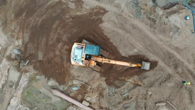vidéos et rushes de chantier occupé de travail de construction, vue aérienne, beaucoup d'hommes, ouvrier travaillant au site civil - hlm