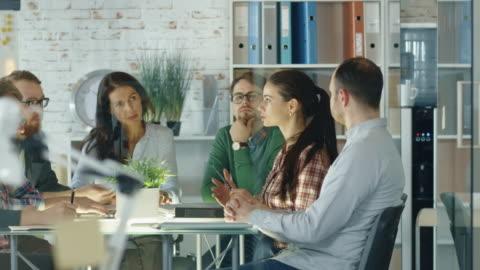 vídeos y material grabado en eventos de stock de la ocupada sesión de planificación estratégica de la oficina creativa está en camino. diversa multitud de jóvenes con estilo tienen la discusión enérgica. - desarrollo