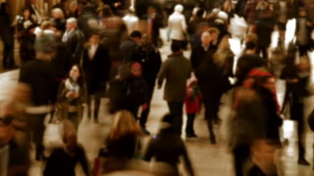 massen von menschen auf öffentlichen platz gebucht. rush hour in der stadt. überbevölkerung, stress, hektik - bevölkerungsexplosion stock-videos und b-roll-filmmaterial