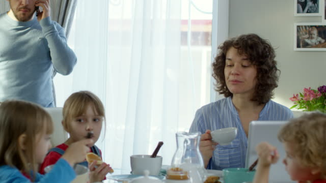 Busy Family with Children Having Breakfast - vídeo
