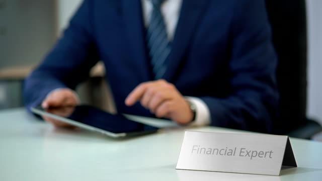 занят финансовый эксперт с помощью планшетных пк, чтение онлайн-сми, изучение рынка - expert стоковые видео и кадры b-roll