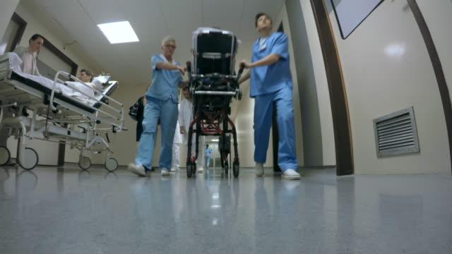 pov langen flur eines krankenhauses - krankenstation stock-videos und b-roll-filmmaterial