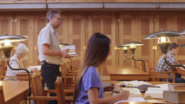 vídeos y material grabado en eventos de stock de ds agitado sala de lectura de la biblioteca - biblioteca