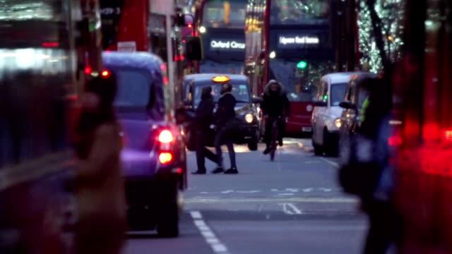 vídeos y material grabado en eventos de stock de concurrida london street - london