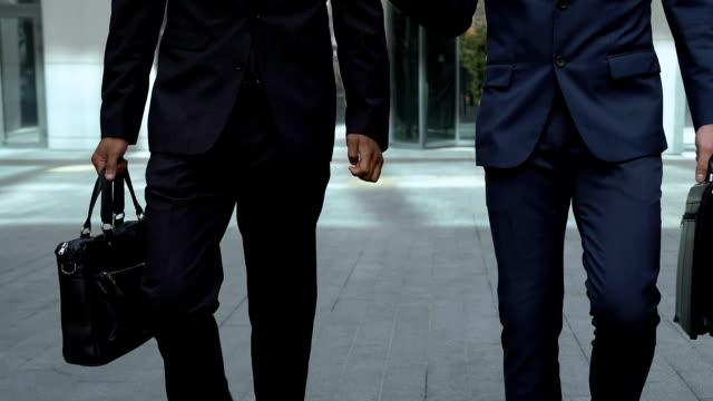 Vielbeschäftigte Männer zu Fuß zusammen, in der Nähe von Bürogebäude, Anwalt oder Mitglieder der Kommission – Video