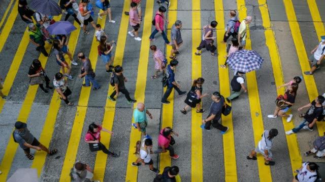belebten fußgänger- und auto-kreuzung am hong kong - zeitraffer - überweg warnschild stock-videos und b-roll-filmmaterial