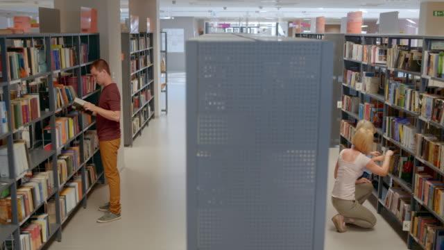 vídeos y material grabado en eventos de stock de ds biblioteca pública en día agitado - biblioteca