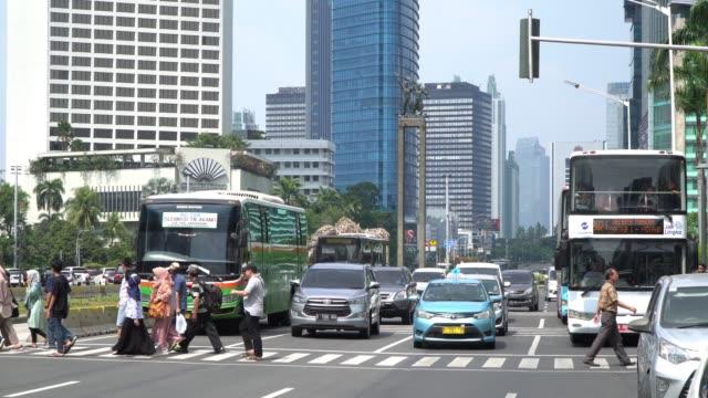 am mrt-bahnhof bundaran hotel indonesia vergeht der geschäftige autoverkehr. - editorial videos stock-videos und b-roll-filmmaterial