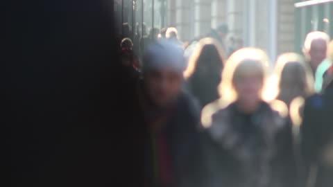 vidéos et rushes de les amateurs de lèche-vitrines bien remplie, flou personnes sur high street-anonyme - froid