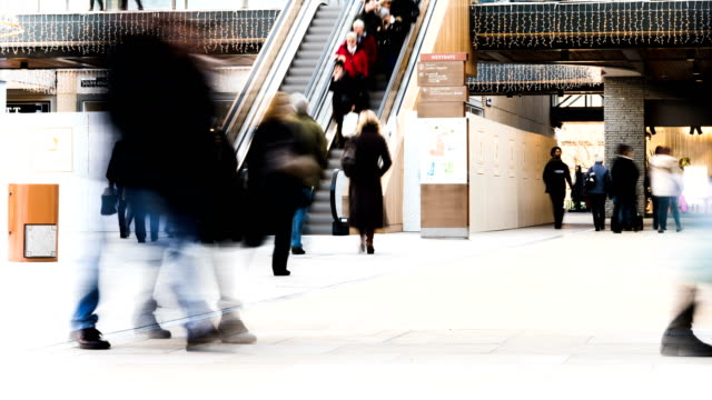 stockvideo's en b-roll-footage met drukke shoppers in een winkelcentrum - christmas tree