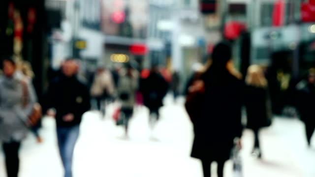 vídeos de stock, filmes e b-roll de movimentada rua de compras em câmera lenta - centro da cidade