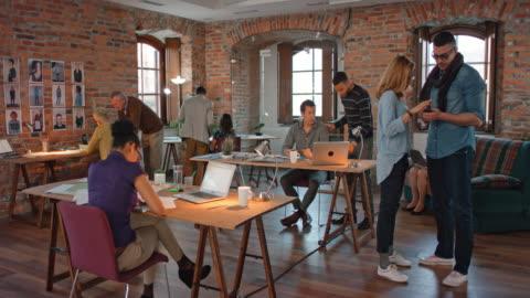 stockvideo's en b-roll-footage met ds bezet opstarten bedrijf kantoor - modern