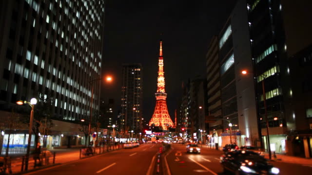にぎやかな通りの夜に東京タワー - 東京タワー点の映像素材/bロール